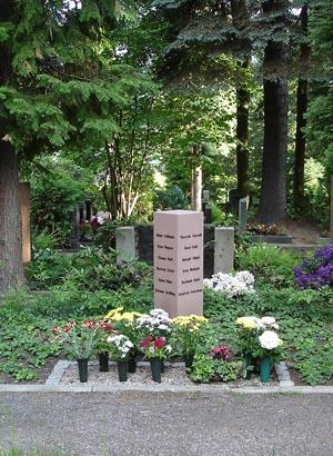 Urnengemeinschaftsanlage mit Namensnennung auf Stele