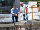 Herr Volkhardt und Herr Schmidt begutachten den Dianabrunnen